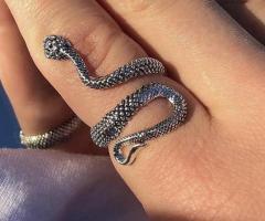 Anillo de serpiente, venta de las joyas originales